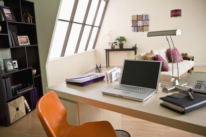 amenagement bureau, office sous pente aux murs blanc et vert avec plafond en bois, bibliothèque en bois peinte en noir