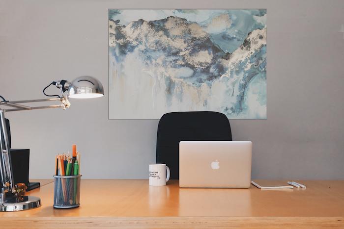 amenagement bureau, lampe de bureau en argent métallique, tasse de café blanche avec lettres noires
