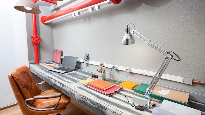 accessoires de bureau originaux, bureau de travail en bois usé peint en blanc et gris style vintage