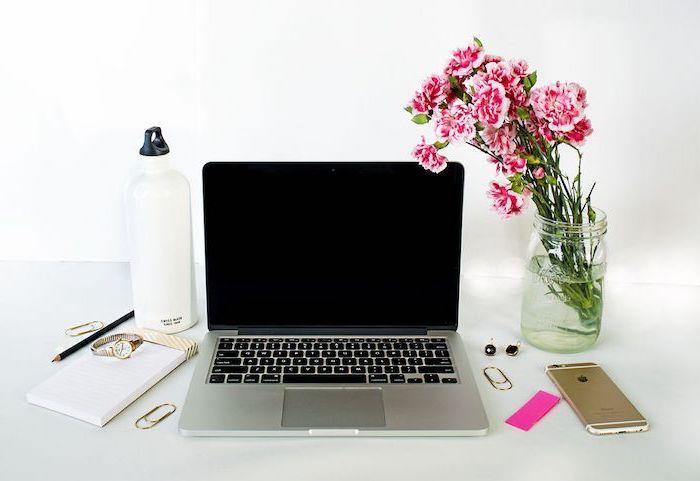 bureau avec plan de travail, accessoires de bureau pour déco féminine, montre en or pour femme