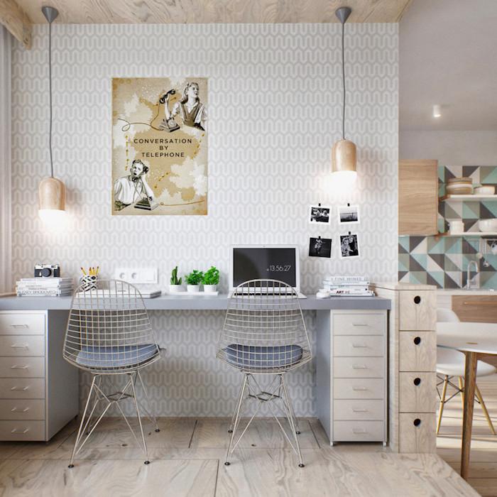 travailler de chez soi, murs au papier peint blanc et gris avec plafond et plancher en bois, lampe suspendue cuivrée