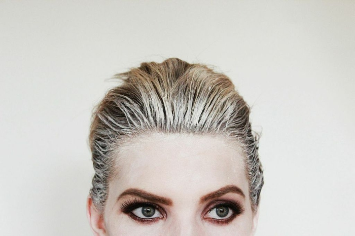 un maquillage facile halloween pour se déguiser en revenant au visage pâle et aux cheveux plaqués en arrière