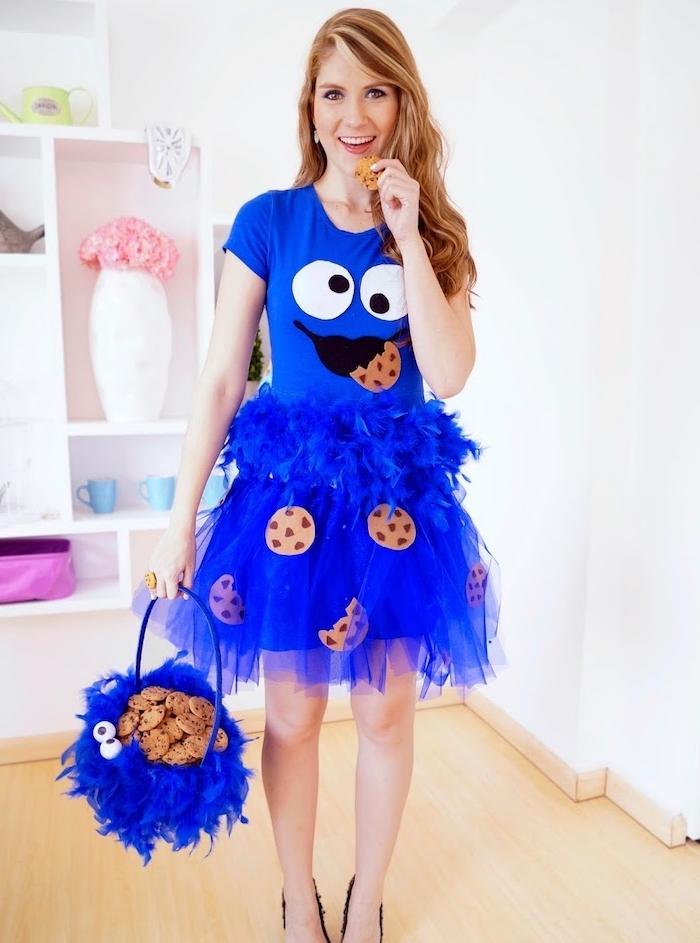 deguisement adulte enfantin, jupe tutu bleue, boa à plumes et tee shirt, panier bleu, motif biscuits, macaron le glouton
