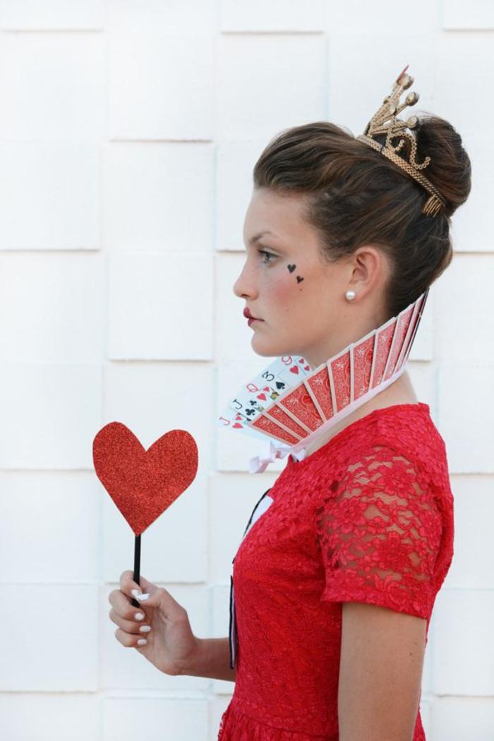 une idée maquillage halloween femme pour se déguiser en reine de coeur d'alice au pays des merveilles
