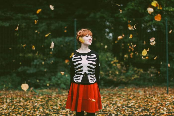 pull avec motif squelette, jupe rouge, collants noirs, coiffure chignon tressé, paysage automnal, déguisement halloween femme