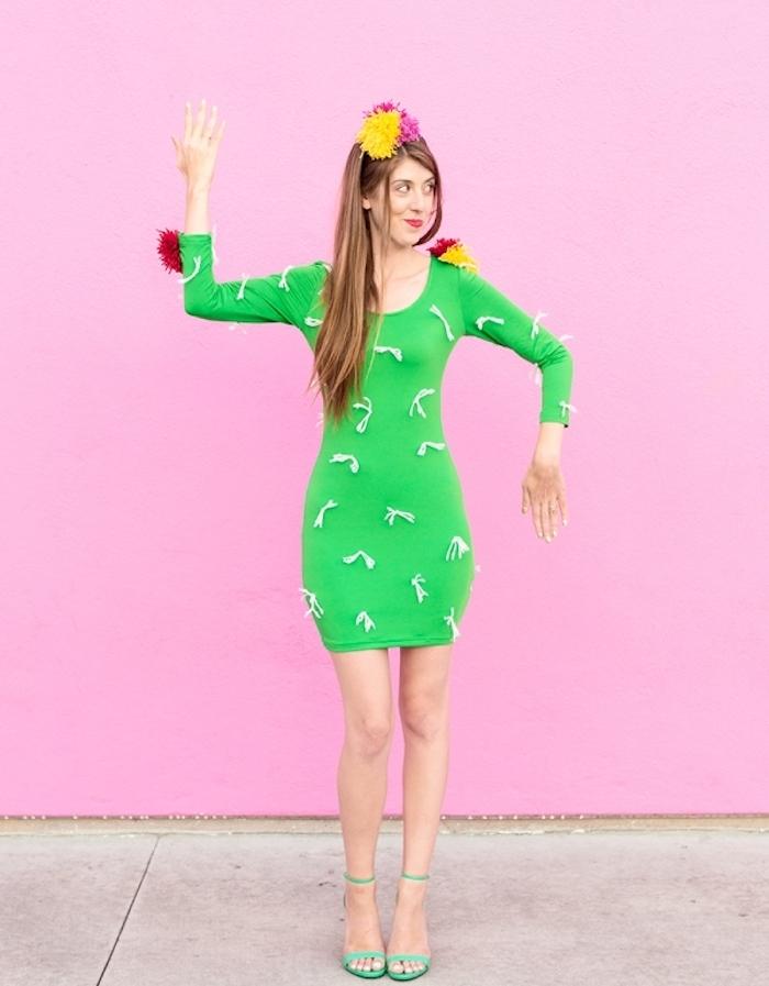 deguisement halloween femme insolite, cactus, robe verte, pompons à franges colorés et petits acccents blancs en guise d epines