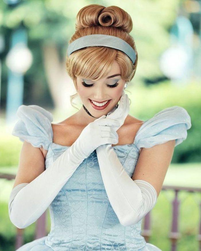 déguisement femme halloween, cendrillon avec robe bleue et gants manches longues, coiffure chignon élégant, maquillage glamour