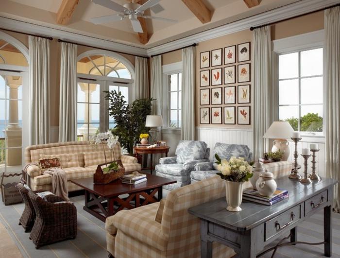 deco campagne chic, sofas carrés, table basse en bois, fauteuils gris, plafond avec poutres apparentes