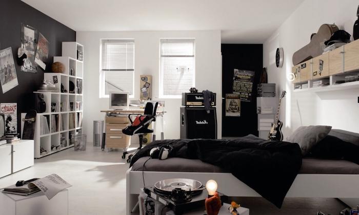 chambre ado, carrelage de sol et plafond blanc avec mur peint noir, étagère murale en bois clair