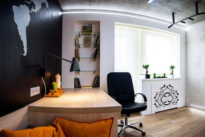 chambre ado garçon, plafond gris et sol en bois clair, bureau en bois avec chaise en cuir noir