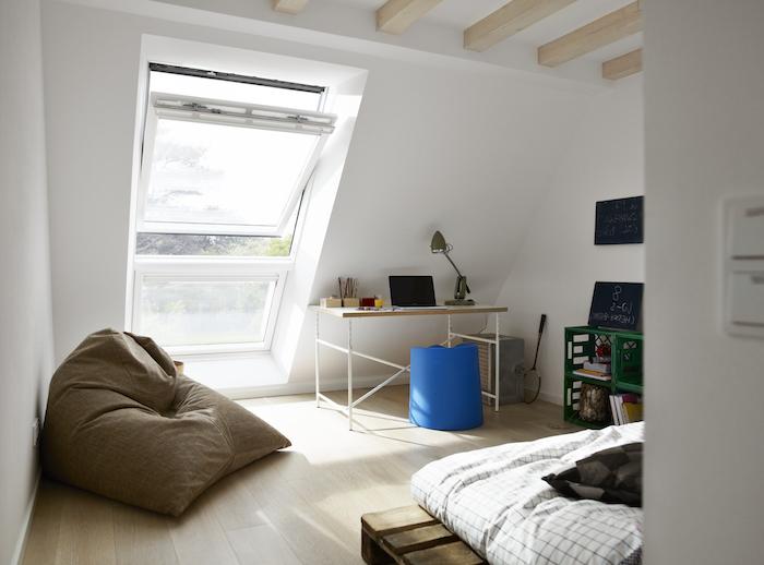 meuble chambre enfant, bureau en bois avec pieds peints en blanc, pouf en tissu bleu foncé