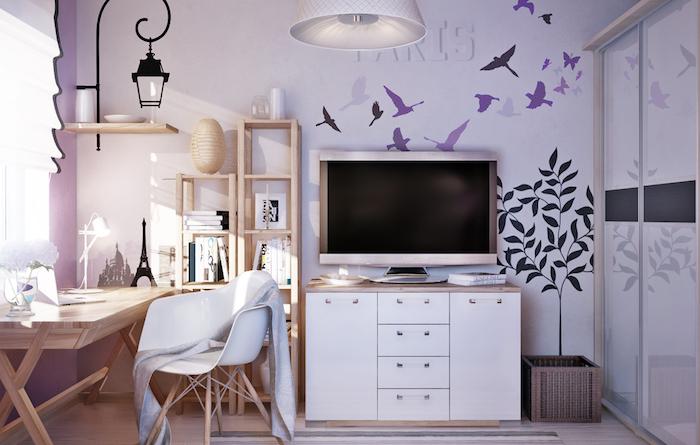 idee deco chambre fille, lanterne décorative en fer forgé et bougie, étagère murale en bois clair, stickers murales à design paris