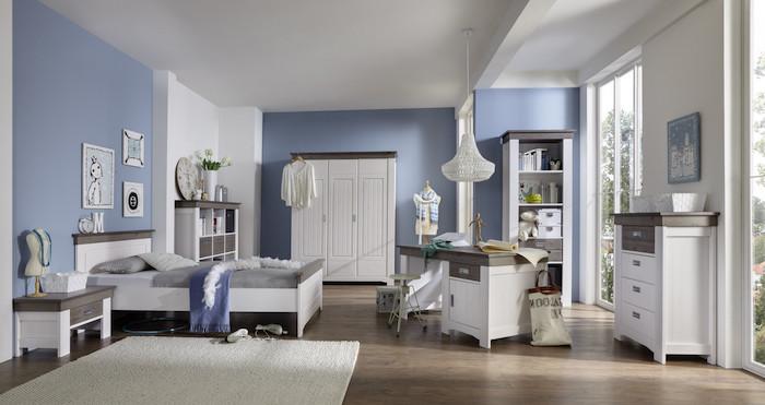 intérieur chambre ado aux murs blanc et bleu clair, meubles en bois peints en blanc, tapis rectangulaire moelleux