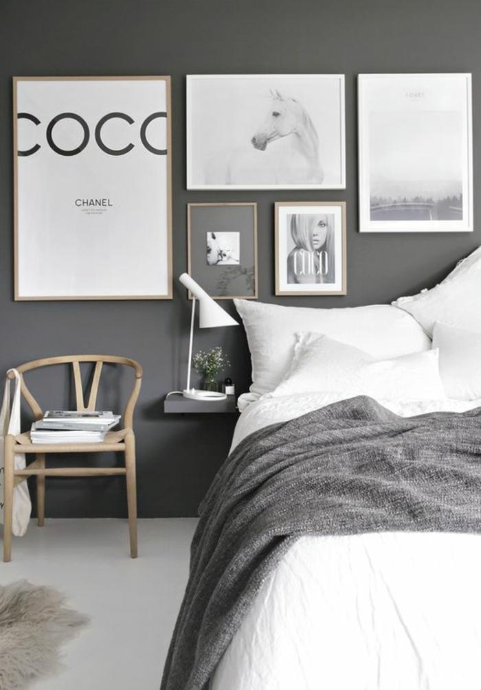 idée déco chambre adulte décoration chambre adulte avec des photos de mode Coco Chanel et des murs en gris fumée avec couverture combinée dans cette couleur
