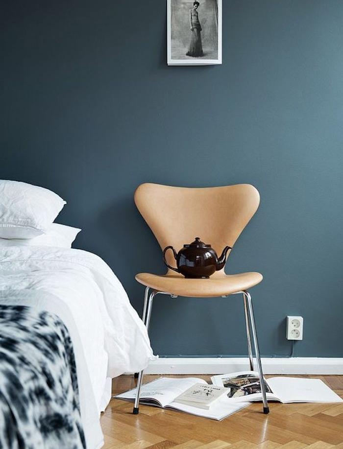idée déci chambre adulte bleu gris, linge de lit blanc, chaise beige, parquet clair, idée de décor artistique