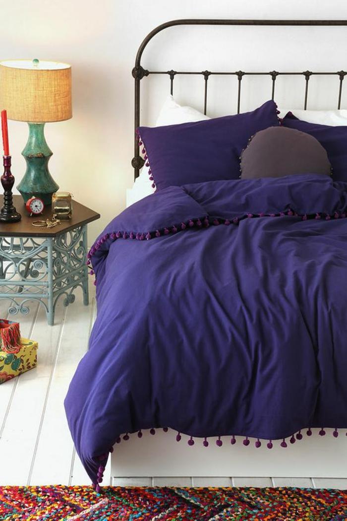 idée déco chambre adulte avec linge lit en bleu royal e petite table basse en style oiental avec tapis coloré
