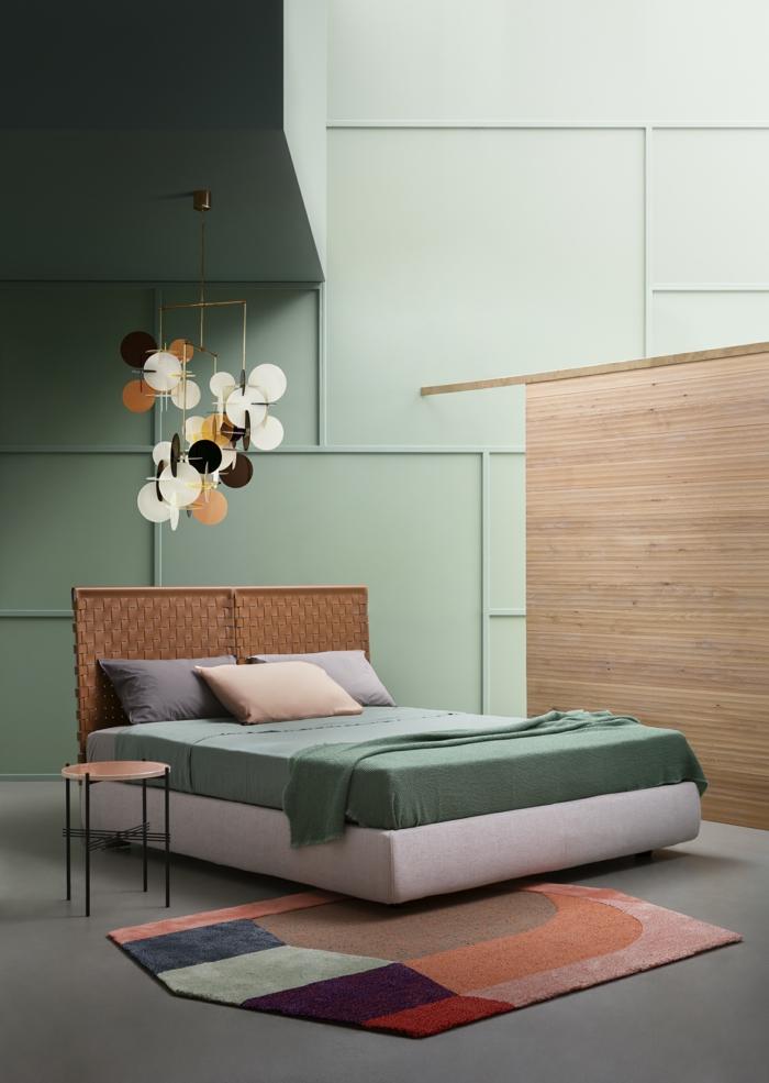 décoration chambre adulte en tonalités pastels murs réséda tapis multicolore patchwork