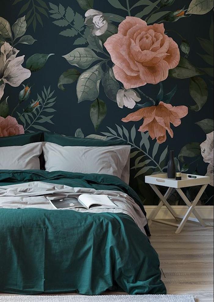 deco chambre adulte avec tapisserie murale noire à grosses fleurs, roses, linge de lit gris et vert émeraude, parquet clair, table piante