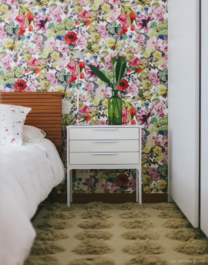 idée de papier peint chambre adulte, motif floral, fleurs colorés, table de nuit blanche, lit bois, tapis beige