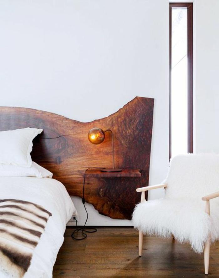 idée déco chambre adulte avec tete de lit en bois en forme ondulante et sol revetu en bois PVC en couleur marron clair