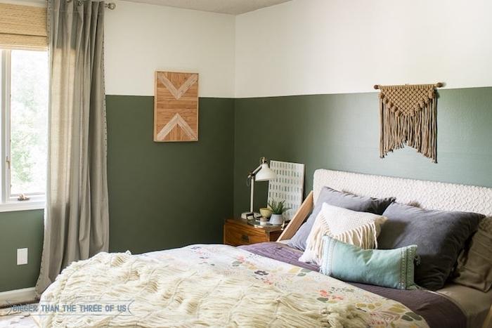 idée comment décorer sa chambre en vert et blanc sur les murs, linge gris, violet, bleu et blanc, deco murale macramé