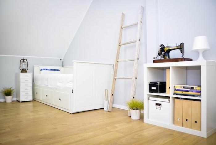 idee deco chambre sous pente, parquet clair, échelle décorative bois patine blanche, lit, étagère et meuble de nuit blanc