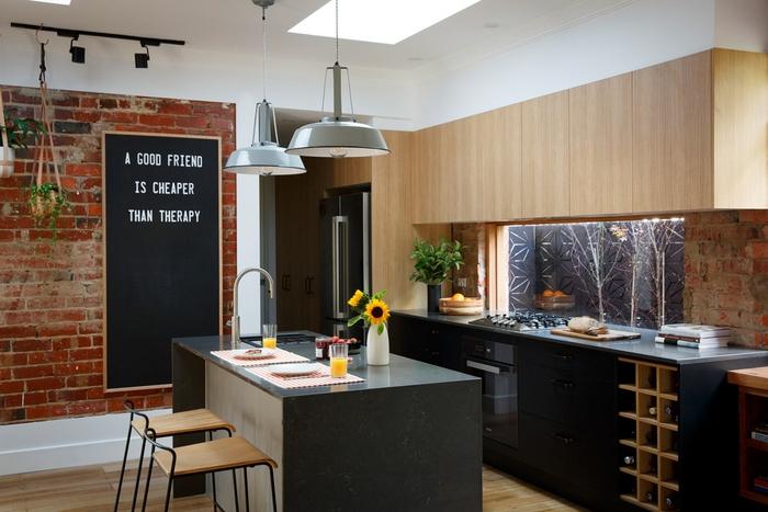 cuisine noire et bois au design chic et aux accents deco industrielle au mur et au plafond