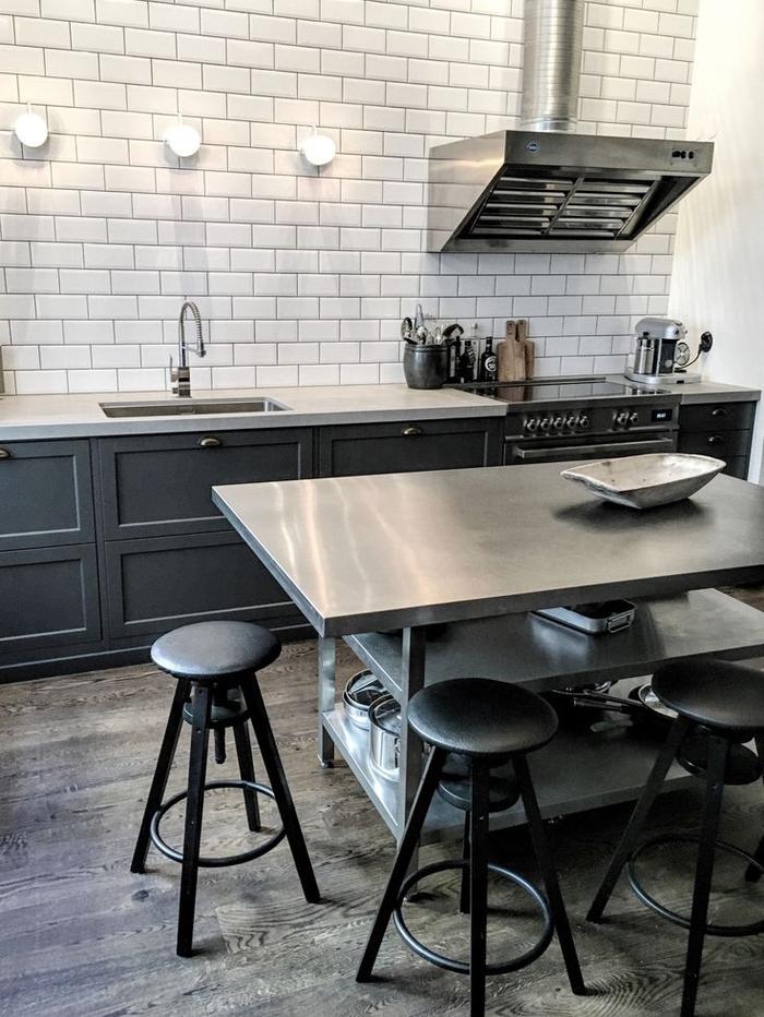 cuisine industrielle moderne associant l'ambiance scandinave à l'esthétique loft industriel