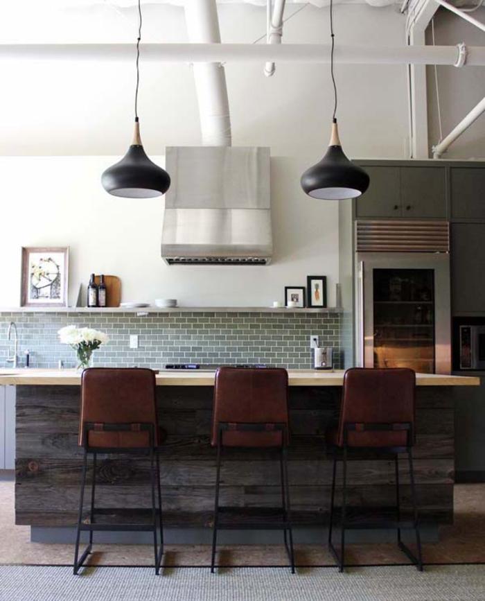 cuisine d'esprit loft industriel avec un îlot central style rustique servant aussi de bar