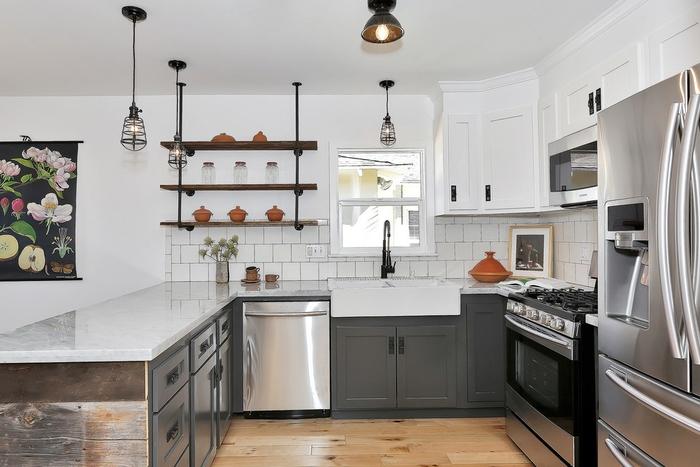 cuisine relookée avec l'ajout de quelques meubles industriels comme une étagère métal et bois