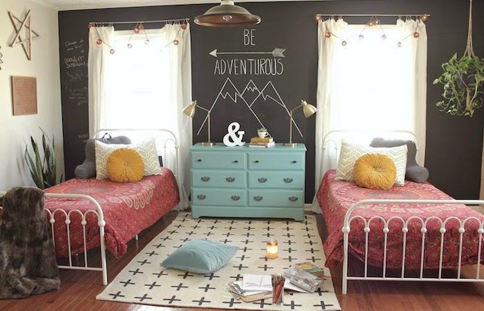 chambre ado, revêtement de sol en bois marron foncé, tapis blanc aux croix noirs, armoire vintage en bleu