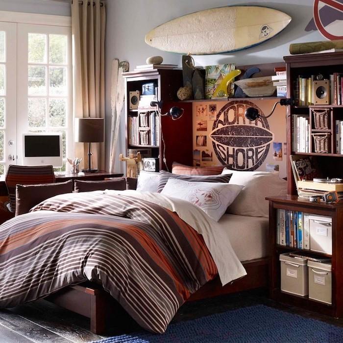 idee deco chambre garcon, meubles en bois marron foncé, grande fenêtre à carreaux avec rideaux beige