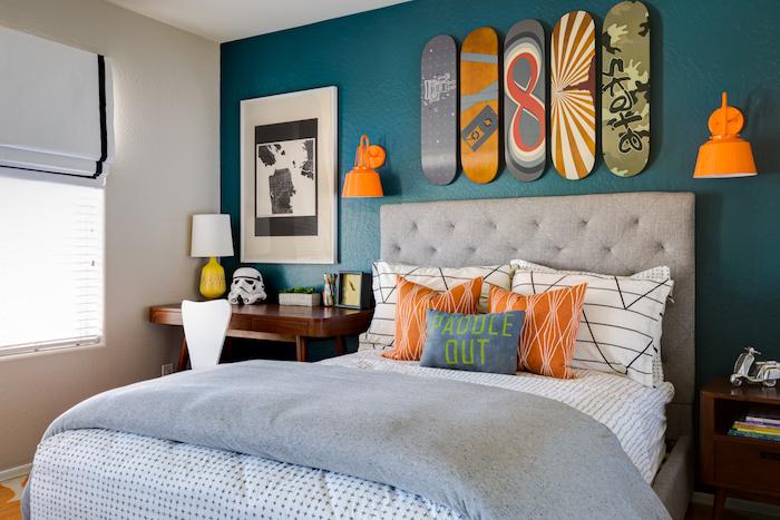 déco chambre ado fille, meuble en bois marron foncé, lit ado fille, coussins décoratifs en orange et bleu foncé