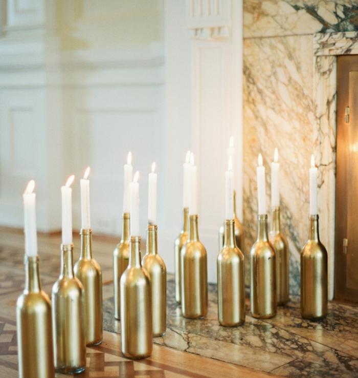 idee mariage deco avec de bouteilles de vin couleur or et bougies blanches, cheminée, decoration simple et originale à bricoler