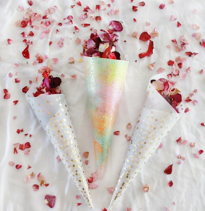deco mariage a faire soi meme, cornets en papier coloré avec des pétales de roses séchées dedans
