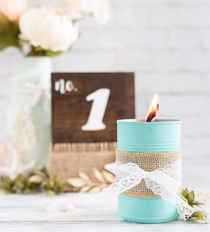 diy mariage, boite de conserve repeinte en bleu ciel, lanterne decoration de bande de jute et ruban de dentelle blanche, deco bord de mer