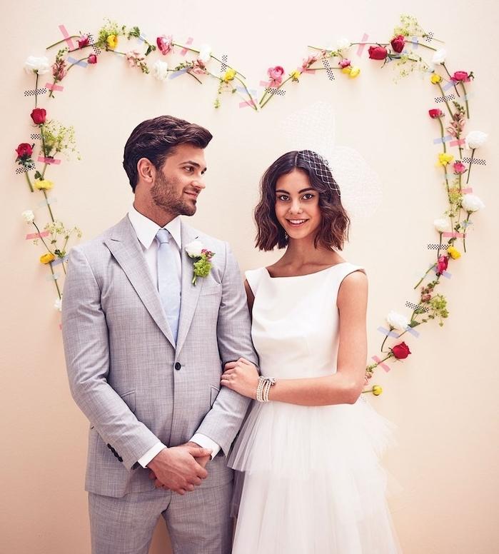 deco mariage a faire soi meme, un coeur en fleurs collées sur un mur avec des bandes de masking tape, composition florale originale