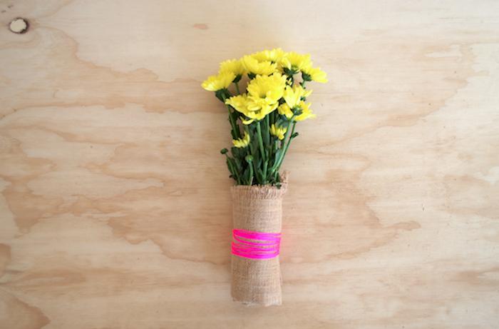 bouquet de fleurs dans une enveloppe simple de bande de jute et ficelle rose fuschia, fleurs jaunes, idee deco mariage