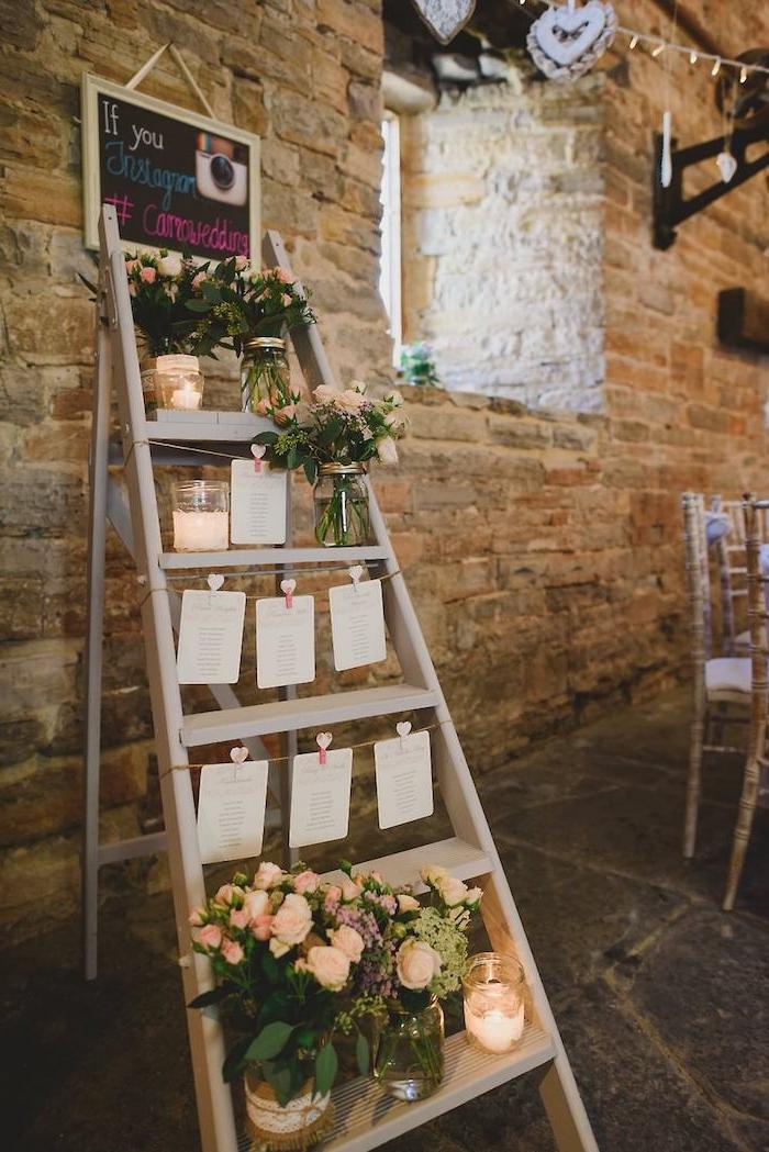 deco mariage champetre, décoration d escabeau en bois avec des étiquettes invités suspendues à des ficelles, pots de fleurs avec petits bouquets, plan de table originale, coin instagram photos