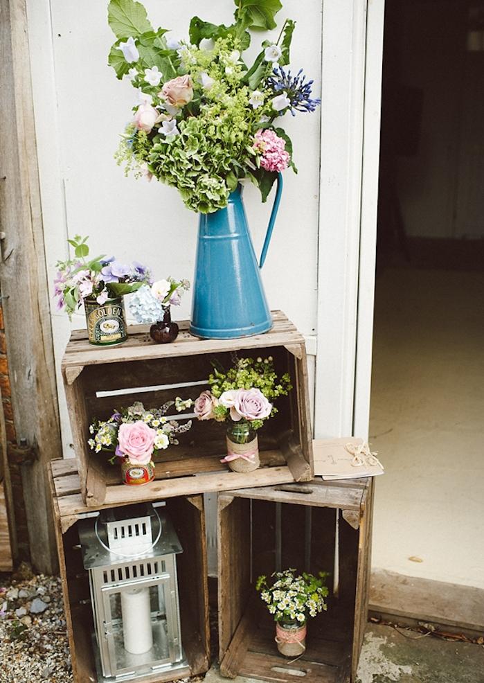 deco mariage pas cher, vase de fleur vintage couleur bleue, caisses en bois deco, lanterne et pots de fleurs decoration jute, rubans