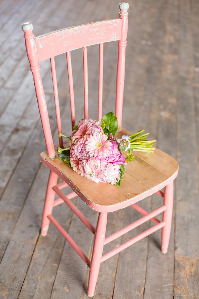deco mariage vintage champetre, chaise patinée couleur rose avec bouquet de fleurs de mariée