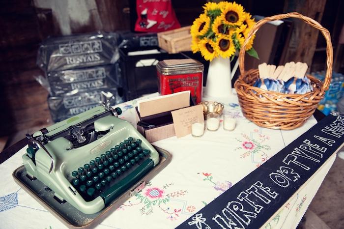 idée de livre d or mariage intéressant, taper un message sur une machine à écrire, panier, bougies, deco mariage vintage