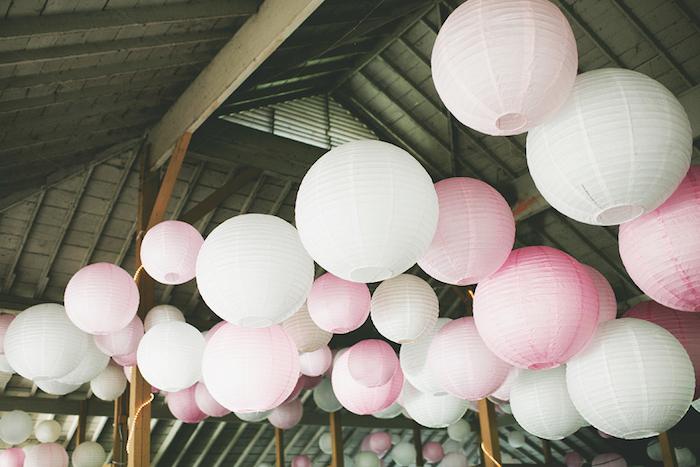 deco salle mariage en lanternes rose et blanches sur le toit d'un hangar, deco mariage champetre a realiser soi meme