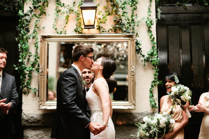 deco salle mariage dans un vieux bâtiment, miroir avec encadrement couleur or, plantes grimpantes vertes, lanterne