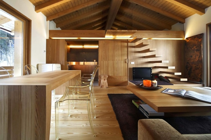 deco salon moderne, plafond en bois, escalier flottant, chaises acryliques, intérieur chalet cosy