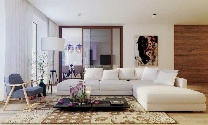 deco salon moderne, tapis patchwork, table basse noire, chaise en bois et tissu, lampe de sol, canapé blanc