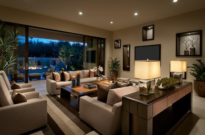 deco salon moderne, déco salon cosy, canapés en couleur taupe, lampes à abat-jour, fauteuils modernes