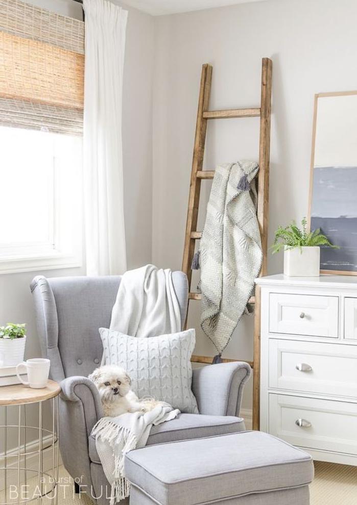 deco scandinave avec fauteuil et tabouret gris, commode blanc, échelle décorative bois pour organiser les textiles