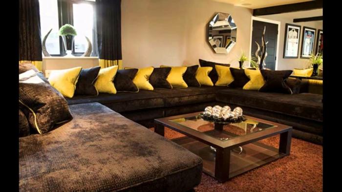 deco salon zen, coussins jaunes et marrons, grand canapé d'angle marron, tapis moquet orange