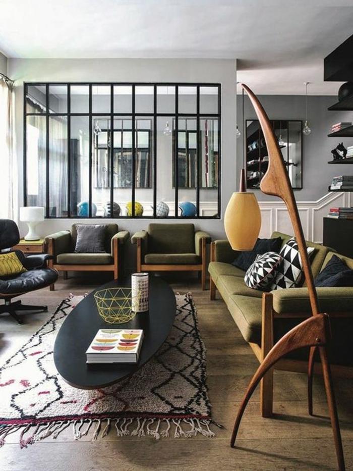deco salon zen, tapis berbère, table noire ovale, fauteuils et sofa vintage, chaise pivotante noire